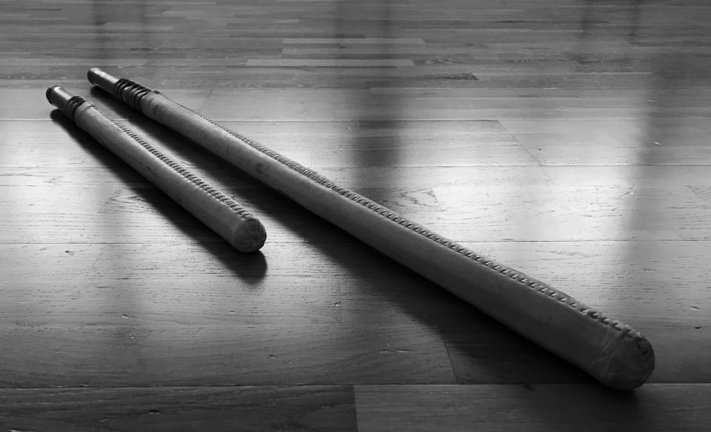 直接打ち合う他流試合と稽古のため、新影流兵法の開祖である上泉信綱によって開発された袋竹刀大小。 木刀で戦った試合に比べ、袋竹刀は稽古中に重傷を負うリスクを減らせるので、多くの流派が瞬く間に袋竹刀を試合や稽古に採用しました。